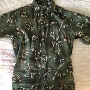 Hawaii skjorta med bambu mönster. Går att ha som oversized eller som en vanlig skjorta, beroende på storlek (jag är strlk S) 🌿 Frakt ingår :)