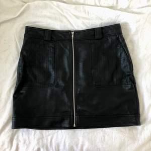 Sparsamt använd kjol i fuskskinn från Topshop. 100 kr + ev frakt