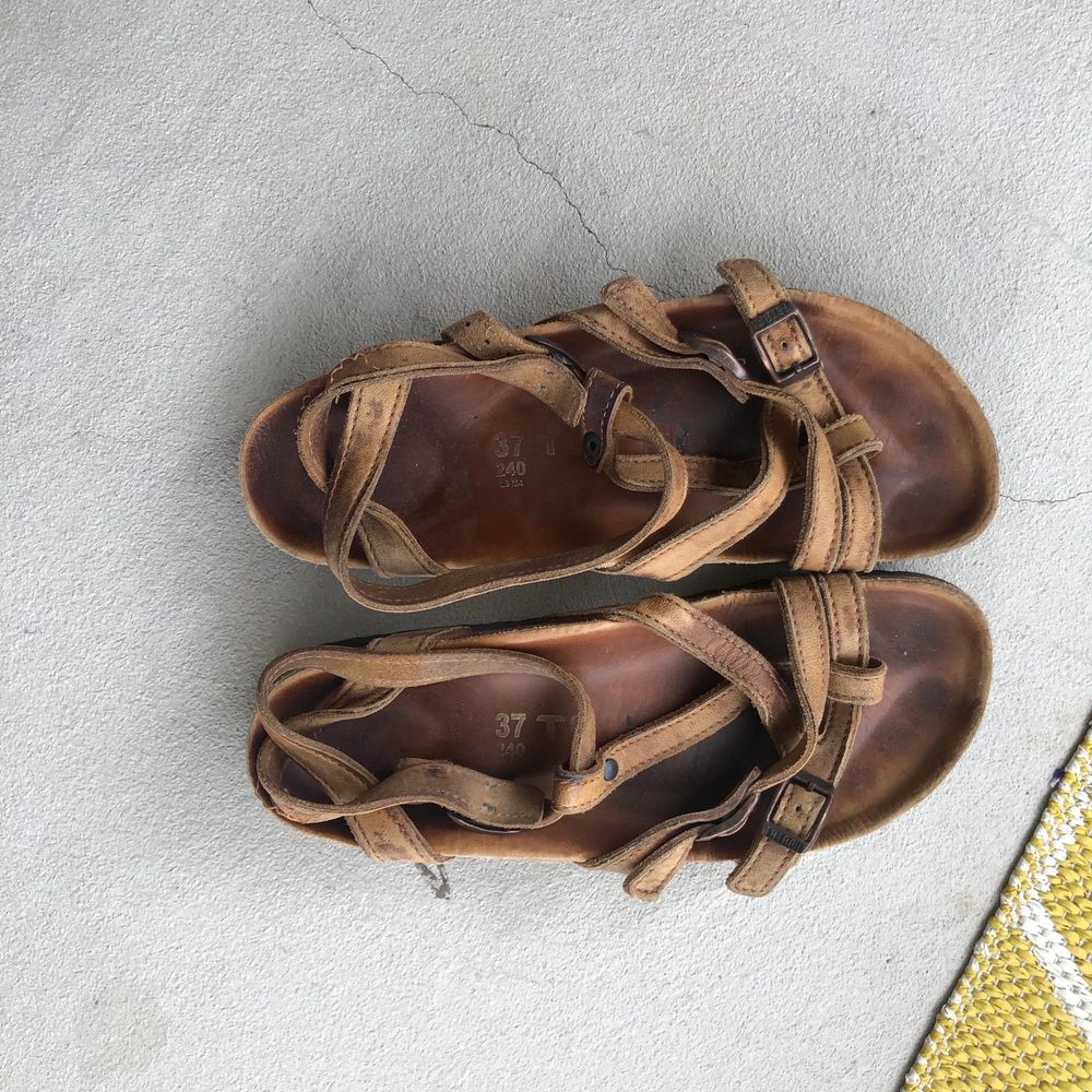 Superfina sandaler från birkenstock som varit till stor användning (men är i bra skick, dom är bara ganska utgårds). Nu passar dom mig inte längre och söker ny ägare🥰 Modellen finns ej att köpa längre, skriv vid frågor, köparen står för frakten 💕. Skor.