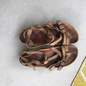 Superfina sandaler från birkenstock som varit till stor användning (men är i bra skick, dom är bara ganska utgårds). Nu passar dom mig inte längre och söker ny ägare🥰 Modellen finns ej att köpa längre, skriv vid frågor, köparen står för frakten 💕