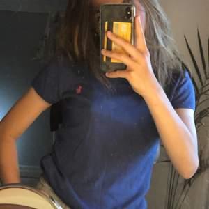 en jättefin blå t shirt som jag köpt på zalando från ralph lauren! passar mig som brukar ha xs på tröjor. superskönt material. nypris 579 kr 💞 mitt pris 200