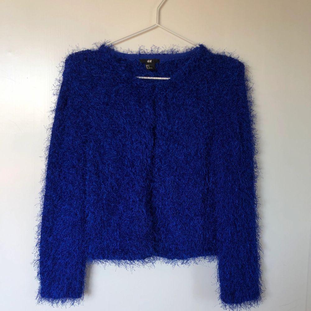 Kornblå kofta med 90-tals vibe 💙💙💙 superfin till jeans 👖 eller kanske en liten kjol! 💙 . Tröjor & Koftor.