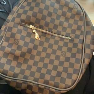 Snygg väska som det kommer inte till anvädning. Ingen hål nånstans, det är i fin skick . Köpare står för frakt.💕