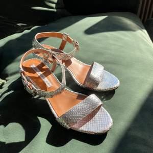 Såå snygga sandaletter i storlek 36 från & Other stories. Använda endast 1 gång, säljes pga lite för små för mig.