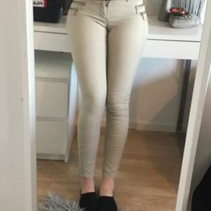 Säljer dessa Jeans på grund av att ja har växt ifrån den lite. Dem är från Only