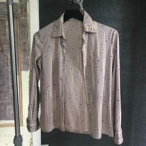 Vintage blus / skjorta. Står 44 men sitter som en s. Köpare står för frakt 🧞♀️🧚