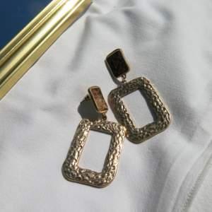 Fancy örhängen som endast är använda 1 gång! Frakten ingår i priset 💕💕💕