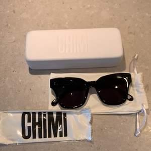Svarta chimi glasögon 005 inköpta för 1 år sedan. Använda men i bra skick med lite repor här och var på bågarna men ej så synligt eftersom de är svarta! Tyvärr är de för stora för mig (har insett efter 1 år) så hoppas de kommer till nytta hos nån annan!