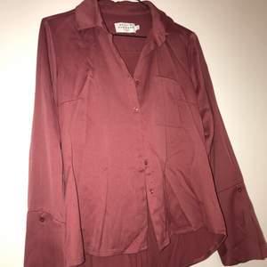 Skjorta i jättefin gammelrosa färg, från Katrin Sundberg. Vida ärmar