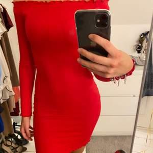 Helt ny och oanvänd röd off shoulder-klänning från H&M. Storlek Xs, säljer för 150kr!