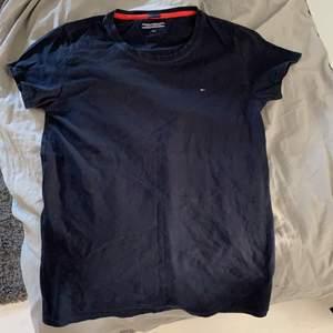 Tommy hilfiger t-shirt i marinblå färg. Strl 164 men passar även mig som är 175. Hör gärna av dig vid intresse, pris kan diskuteras!