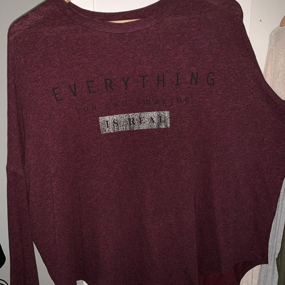 En super unik tröja från Bershka. Priset inkl frakt💖 . Blusar.