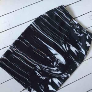 Helt oanvänd tight kjol från sweet sktbs, strl L. Exklusive frakt