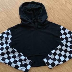 croppad hoodie i tunnare material. helt oanvänd men tagen är borta.