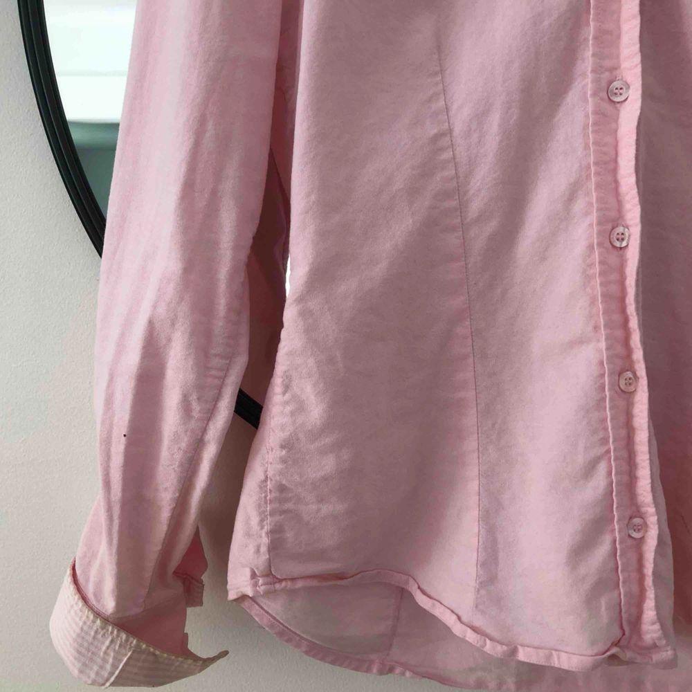 Ljusrosa Gant-skjorta med fina detaljer 🌞. Skjortor.
