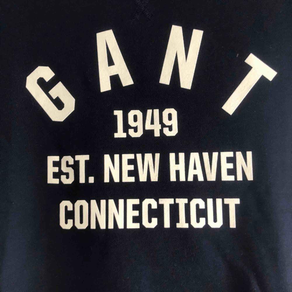 Helt oanvänd mörkblå gant sweatshirt med vitt tryck.. Huvtröjor & Träningströjor.