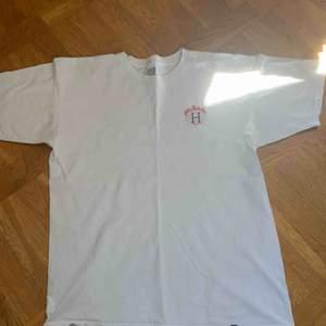 Thrasher x Huf t shirt med logga på ryggen. Bra skick men ett litet hål på ryggen som knappt syns