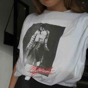 T-shirt från Mango i bra skick, köparen står för frakt<3