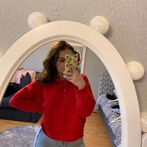 Säljer denna hoodie från Monki som jag köpte förra året men tyvärr inte använt! Lite croped och storlek S!💫