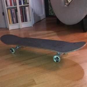 En oanvänd skateboard från Hollywood för 1000kr i storlek 7,75. Åkt med den ca 1 eller två gånger.