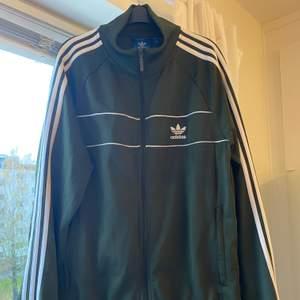 Helt ny Adidas tröja så aldrig använd. Jag köpte den på JD för 900kr säljer den för endast 300kr idag!! 💞den är till kille (färgen blir inte rättvis på bild...🤦🏽♀️ i verkligheten ör förgen jättefin, en utav mina favvofärger - militärgrön 🔥