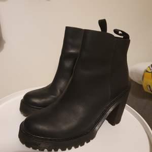 Dr martens storlek 40. Svarta.  skorna är i nyskick. Stabil klack