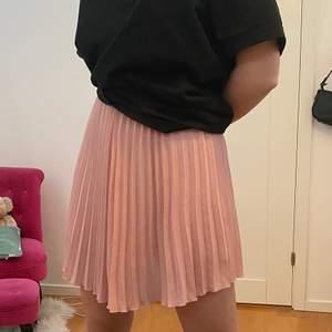 Säljer denna supersöta plisserade kjol!