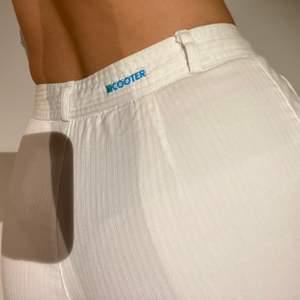 Vita kostymbyxor med randigt tygmönster, köpta i Danmark på 90-talet och knappt använda!