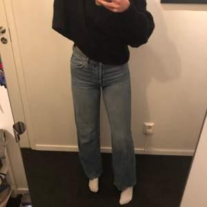 Säljer mina otroligt snygga raka byxor i storlek S. Pris 150 +frakt. Använda men i fint skick, inga skador eller missfärgningar. Säljer då jag har liknande😋