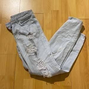 Ett par boyfrend jeans med hål. Använd någon gång med inte mer, så bra skick!😊✨  köparen står för frakt 🚚