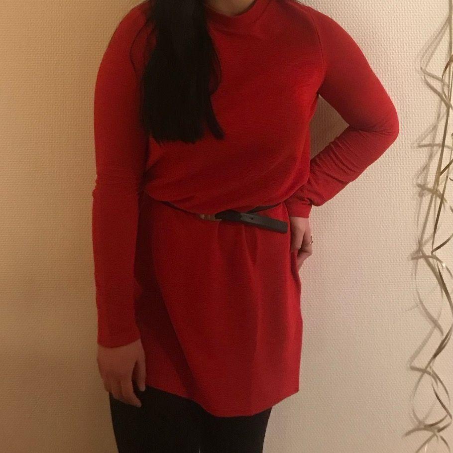 Röd långärmad rak klänning som man kan styla med fin skärp. Använd en gång.. Klänningar.