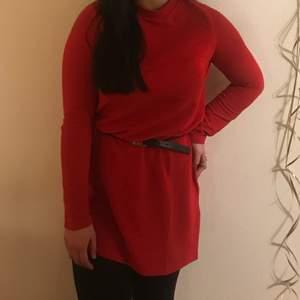 Röd långärmad rak klänning som man kan styla med fin skärp. Använd en gång.