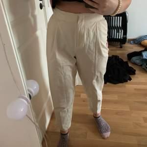 Såså snygga byxor från monki. Knappt använda då de är för små för mig. Storlek 34 men skulle säga att de passar 36 också då jag vanligtvis inte kn ha xs. Inte genomskinliga! Vi delar på frakten☁️🦋