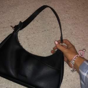 En helt oanvänd Don Donna väska köppt för 500 kr i somras, säljer pågrund av att jga inte använder den. Priset kan absolut diskuteras