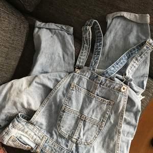 overall/jumpsuit i jeans med fishnet detaljer. använt max två gånger. kan hämtas i söderort i sthlm eller postas 💜