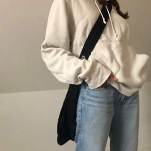 En äggvit/beige champion hoodie som jag köpte i miami för ca 3år sedan men är fortfarande i väldigt bra skick.