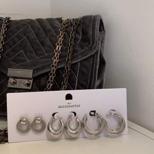 3 par fina silvriga örhängen ifrån Nelly.com, endast provade eller helt oanvända. Nypris 130 kronor säljs nu för 50 + frakt 🤍
