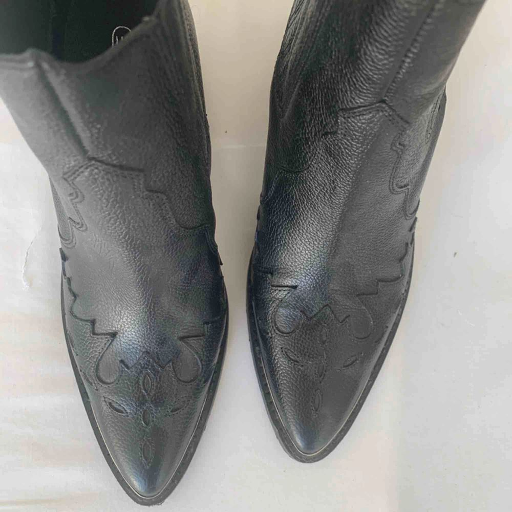 Svarta boot använda 2 gånger säljer för att det inte kommer till användning. Ny pris 900kr. Skor.
