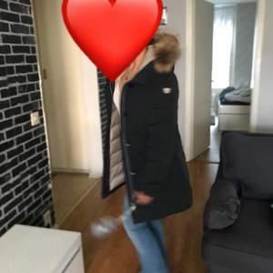 Hej, säljer en pälsjacka som ja köpte denna vinter och använt några gånger. Bra skick, äkta päls i färgen navy blå och köpt från jackan.com säljer pga jag köpt en ny pälsjacka.