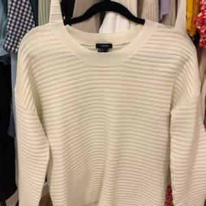 Verkligen super fin stickad tröja från Lindex. Älskar halsen på den!