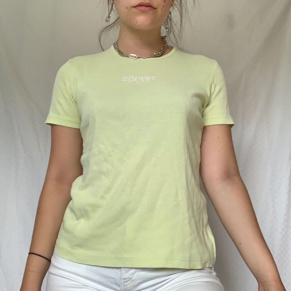Sötaste ljusgula t-shirten som passar perfekt. Skitsnygg om man väljer att klippa av den eller nerstoppad i höga byxor. Köparen står för frakt 44kr frimärken, 63kr spårbar❤️. T-shirts.