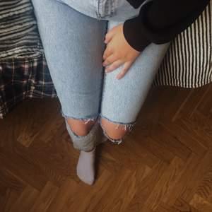 Säljer denna as snygga mom jeans från ginatricot! Klippt hålen själv men tycker själv att det inte ser hemmagjort ut! Stl 38 men skulle säga att de passar 36 mera. Frakt läggs på priset!💕