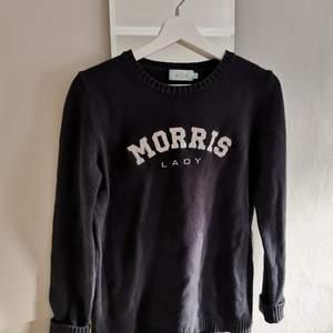 Morris stickad tröja i marinblå, nypris 1200 kr. Knappt använd. Storlek M, men passade även mig när jag hade S.