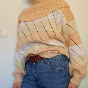 Frakt INGÅR i priset! Säljer min ganska så stora randiga, stickade tröja! Ger en lite off shoulder känsla, men kan ändå vikas upp för att vara en vanlig tjock polo. Då det är vertikala hål längst tröjan så är den heller inte supervarm 🧡🌼