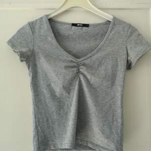 Ljusgrå, basic t-shirt från BikBok. Använd fåtal gånger. Storlek S. Tight passform. 50 kr, köparen står för frakten på 63 kr. 🌸