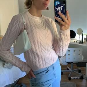 Jättemysig och mjuk stickad tröja från Bershka i storlek XS, säljer för 100kr + frakt💕