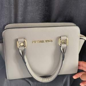 Rymlig liten väska från Michael kors😍. Säljer då den inte kommer till användning. Mått ca 25x15. Köpt 2013 därför inget kvitto kvar, därför den säljs billigt. I väldigt fint skick.