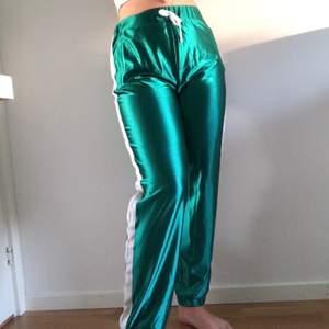 Säljer dessa sköna byxorna från STAY i världens härligaste färg. Endast prövade och lappen finns kvar. Nypris: 399kr. Pris kan diskuteras!