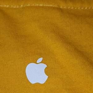 Unik apple-tröja som ej gör att köpa! Vi fick den när vi va med klassen för o designa tröjor på apple✌🏼 Detta va ett tag sedan skulle tro ca 2015! Dm vid intresse