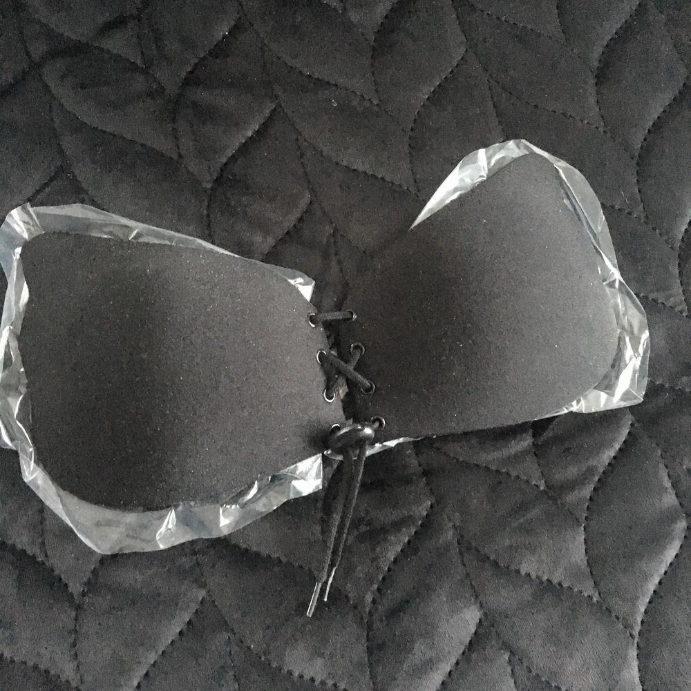 Helt oanvänd sitter fortfarande på plasten som den kom på! Kupstorlek A, färg svart 💕 andra bilden är lånad, första bilden är den som säljs!! Frakt tillkommer 💕. Övrigt.